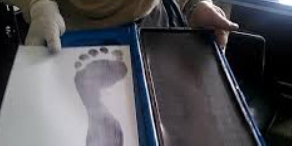 المجرم يبان من رجليه.. كيف يمكن أن تدل آثار الأقدام على مرتكبي الحوادث الجنائية؟
