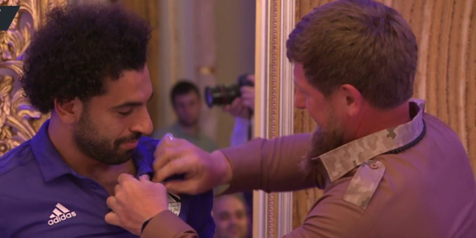 نجوم العالم قابلوا رئيس الشيشان.. هل تستهدف صحافة لندن مصر في صورة محمد صلاح؟