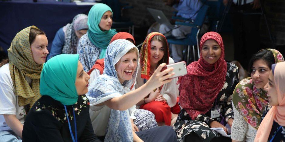 طلاب غير مسلمين حضروا شعائر صلاة الجمعة.. التعايش السلمي يتحقق مع «منتدى شباب صناع السلام»