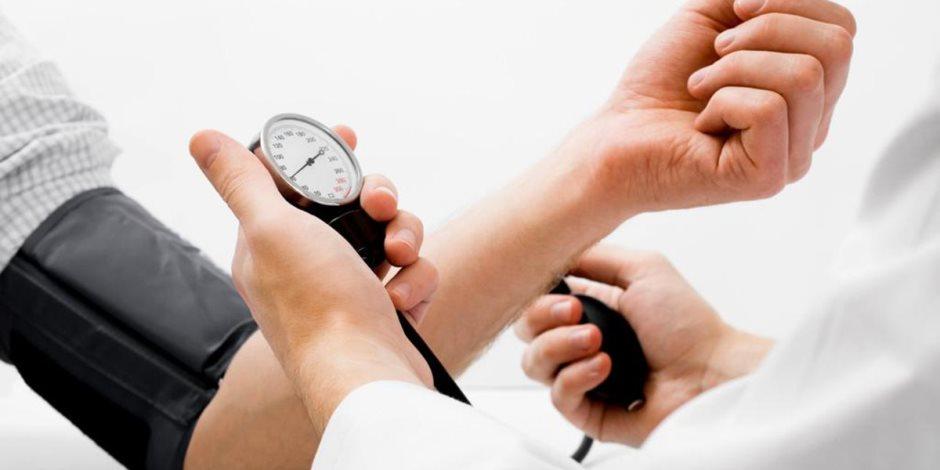 علشان قلبك يبقى حديد.. اعرف أسباب ارتفاع وانخفاض ضغط الدم ومخاطرهما الصحية
