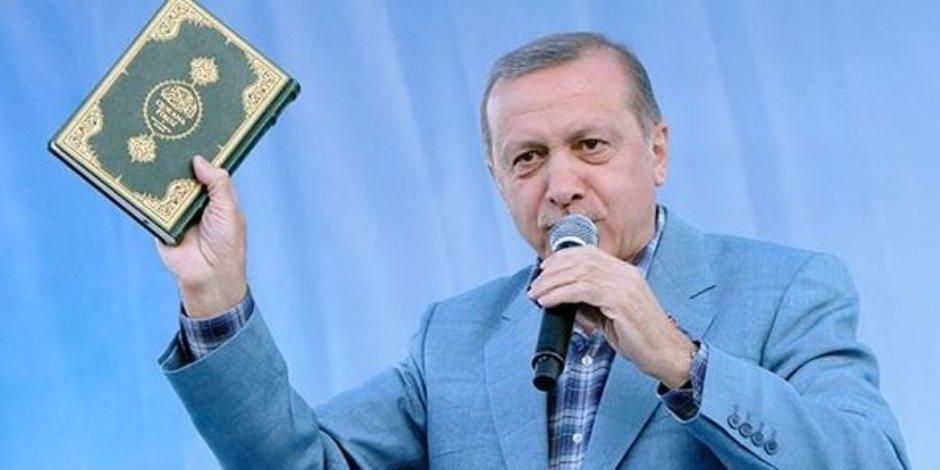 بين قراءة القرآن ودعم المثلية ولحم الخنزير.. أردوغان قائد يكذب على شعبه