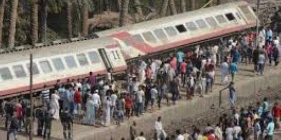 بعد نقل الوفيات والمصابين للمستشفيات.. رُكّاب القطارات على قارعة الطريق