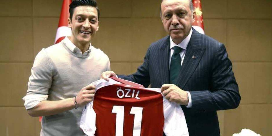 ينفخ في نار الفتنة.. هل حرض الرئيس التركي «مسعود أوزيل» على ترك «المانشافت»؟