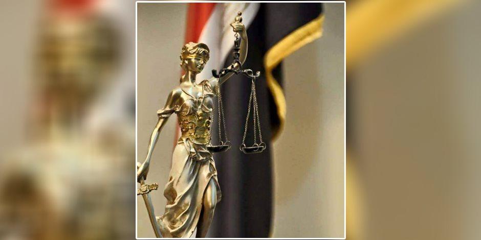 لماذا تصور العدالة ﺑاﻣﺮﺃﺓ ﻣﻌﺼﻮﺑﺔ ﺍﻟﻌﻴﻨﻴﻦ ﺗﺤﻤﻞ سيفا ﺑﻴﺪ ﻭميزانا ﺑﺎﻟﻴﺪ ﺍﻷﺧﺮﻯ؟