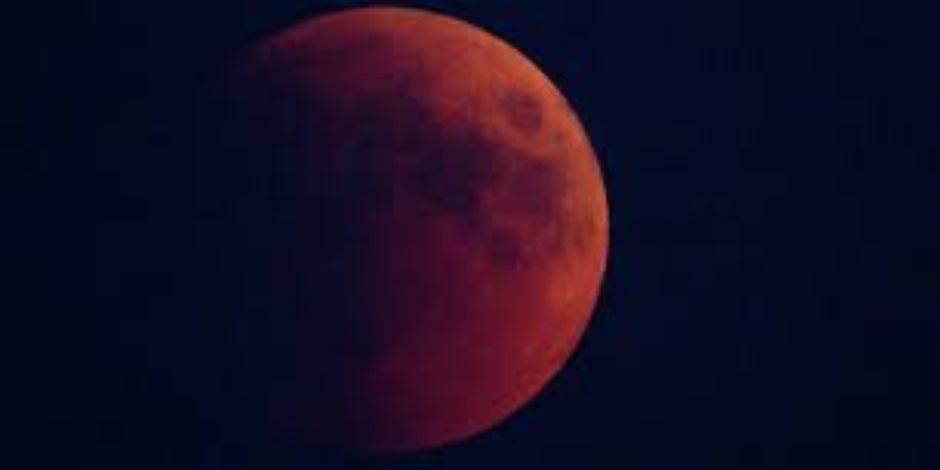 تزامنا مع خسوف القمر.. كوكب المريخ يزين السماء