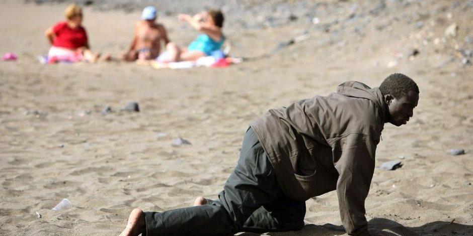 قارب لاجئين على شاطئ للعراة بأسبانيا يعيد مآساة المهاجرين