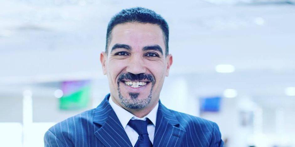 أيمن عبد التواب.. حكاية صحفي يقهر السرطان بالنكتة والابتسامة «فيديو»