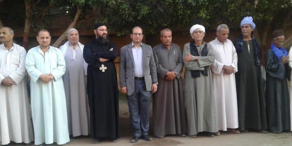 الأقباط يشاركون المسلمين فرحة العيد بزيارة مساجد المنيا (صور)