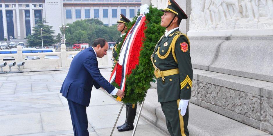 السيسى يضع أكليلاً من الزهور على النصب التذكاري لأبطال الشعب الصيني (صور)