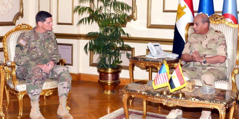 وزير الدفاع ورئيس الأركان يلتقيان قائد القيادة المركزية الأمريكية (فيديو)