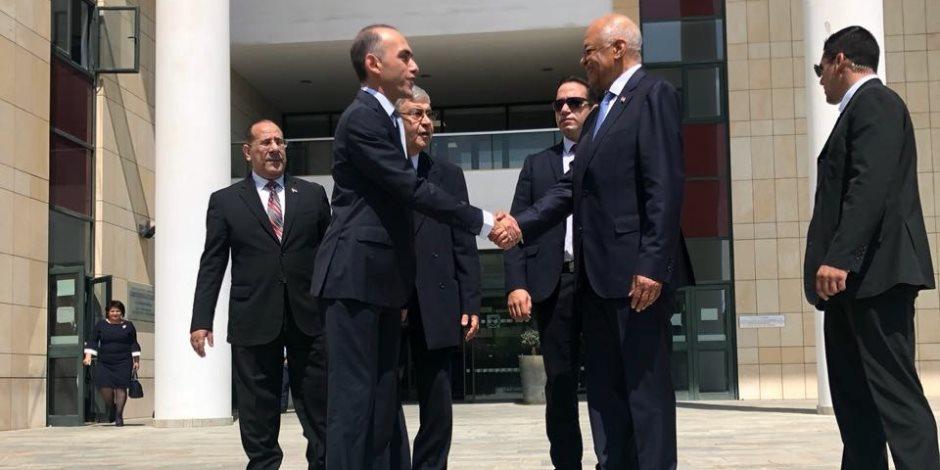 """""""استثمر في مصر هتكسب"""".. """"عبدالعال"""" يروج لفرص استثمارية خلال اجتماعه مع وزير المالية القبرصي"""