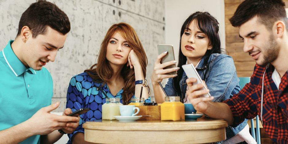 تدمر المخ وتصيب بالاكتئاب.. 4 دراسات تكشف مخاطر استخدام مواقع التواصل