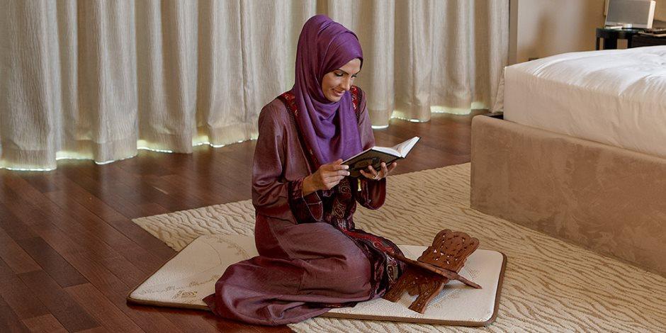 الحلال بين والحرام بين.. هل ظهور قدم المرأة في الصلاة يبطل صحة الفريضة؟
