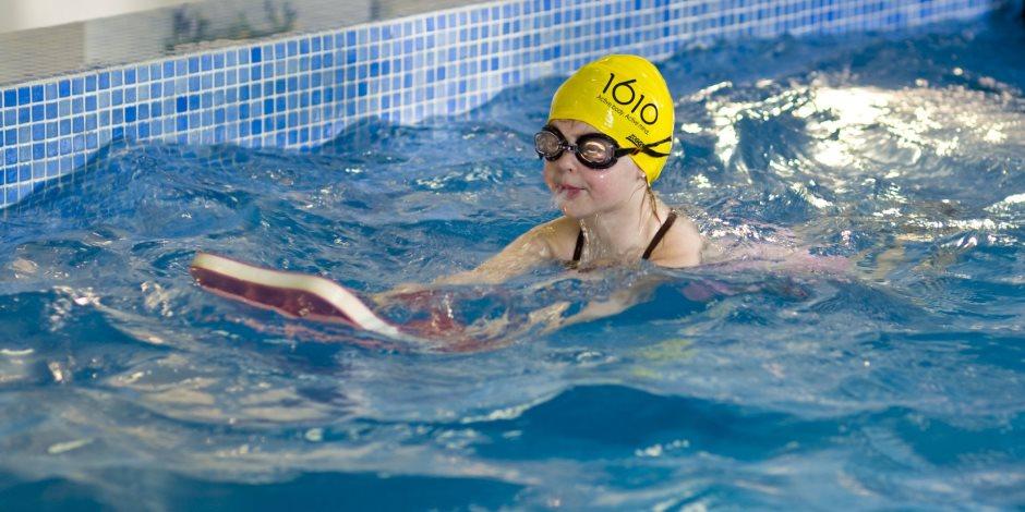 مهمة لتنشيط الدورة الدموية لطفلك.. فوائد السباحة لجسم الإنسان