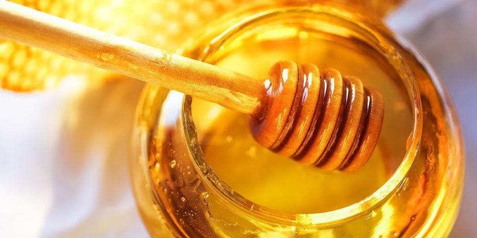 يكافح الشيخوخة ويرطب البشرة ويعالج التورم والالتهاب.. هذه أبرز فوائد العسل