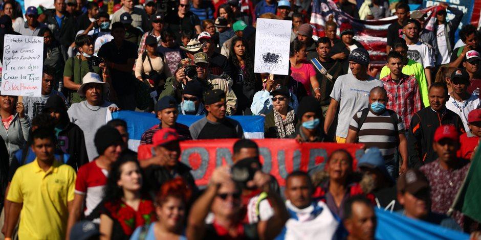 بين ضيق العيش والتهديد بالقتل.. المهاجرون عالقون على الحدود الأمريكية المكسيكية