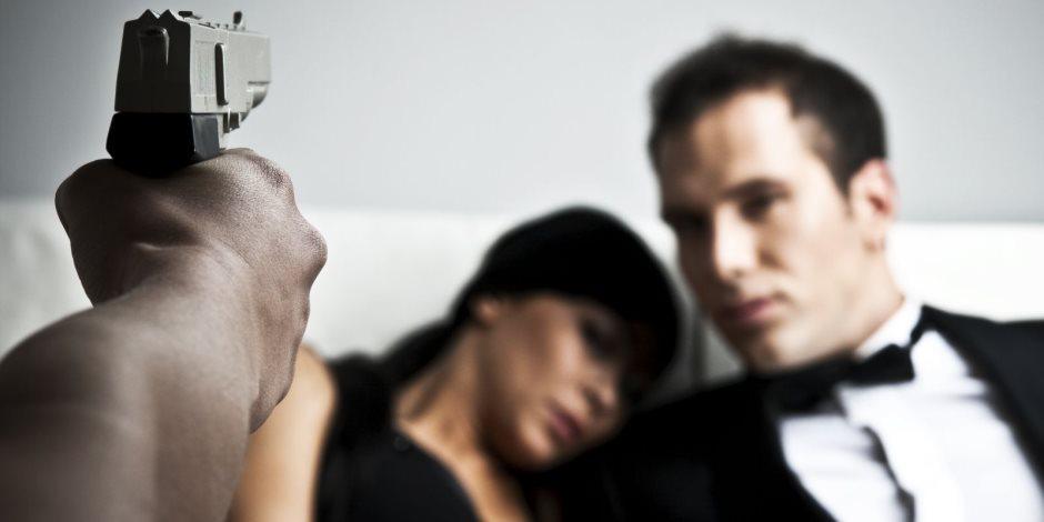 قصة زوج مخدوع ضبط زوجته في أحضان عشيقها فاغتصبه بعصا خشبية