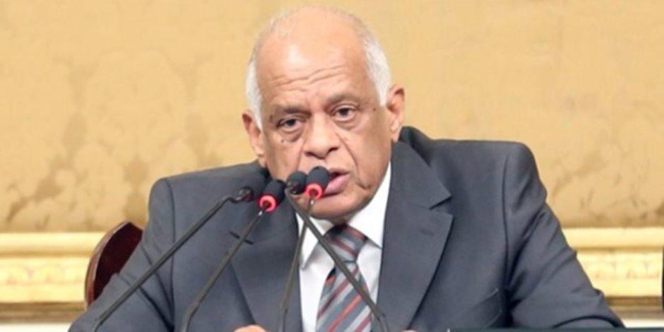 نائب يخطئ في اسم وزير داخل البرلمان.. وعبدالعال: طب أعمل فيك إيه؟