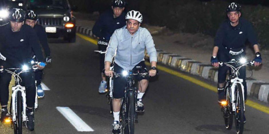 الرئيس السيسي يجرى جولة تفقدية في شرم الشيخ بالدراجة (صور)