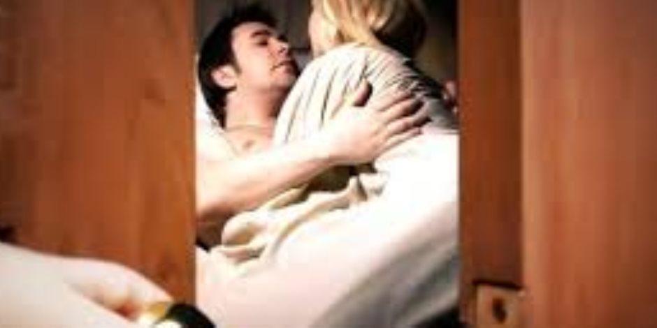 قصة منتصف الليل.. حكاية لعوب مارست الجنس مع عشيقها في وجود زوجها لعدة أيام