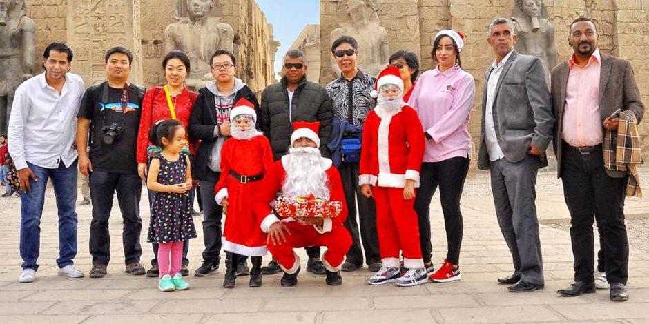 «بابا نويل» يرسم البهجة على وجوه سياح الأقصر (صور)