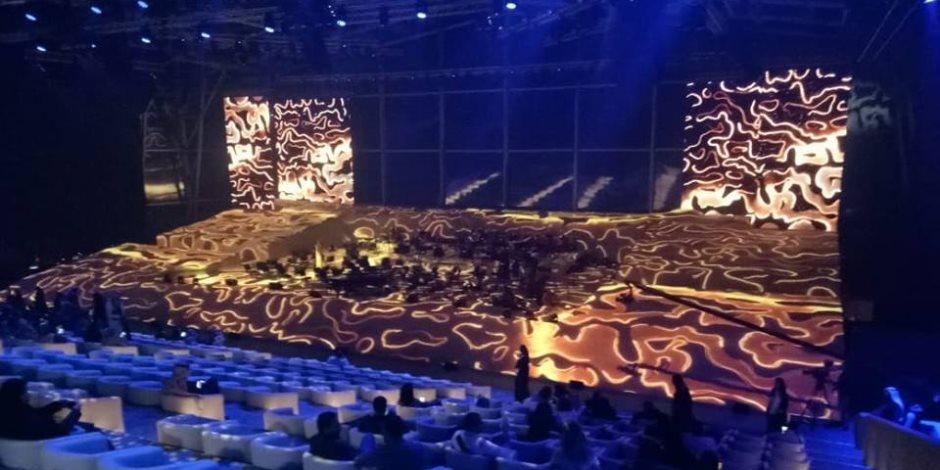 """بالصور.. مسرح """"المرايا"""" بالسعودية يستعد لانطلاق حفلة الموسيقار """"عمر خيرت"""""""