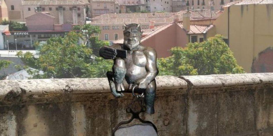"""""""بسبب وجهه الحسن ومرحه"""".. تمثال للشيطان يغضب سكان مدينة إسبانية"""