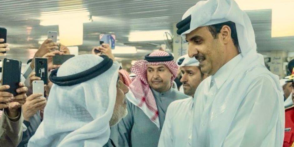 يستغل الموتى.. رحلة «تميم» إلى الكويت لجمع توقيعات تي شيرت «العنابي» (فيديو)
