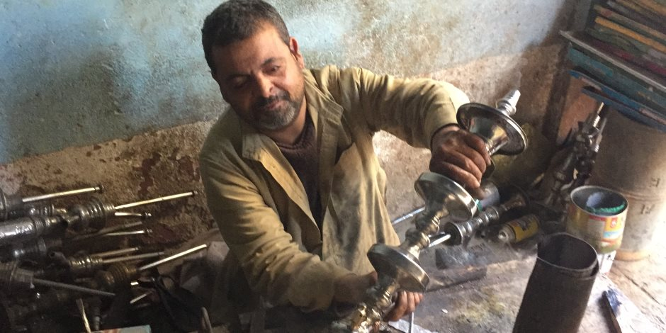 مهنة في مهب الريح.. الأسطى «عارف» يروي رحلته مع «وابور الجاز» (صور)