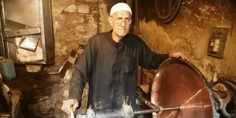 قصة صاحب أقدم ورشة لتصنيع وتلميع النحاس في بني سويف