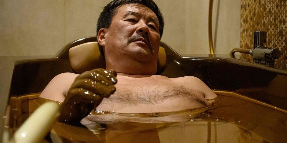 «حمام النفط».. وسيلة جديدة لعلاج الأمراض الجلدية والروماتيزم (صور)
