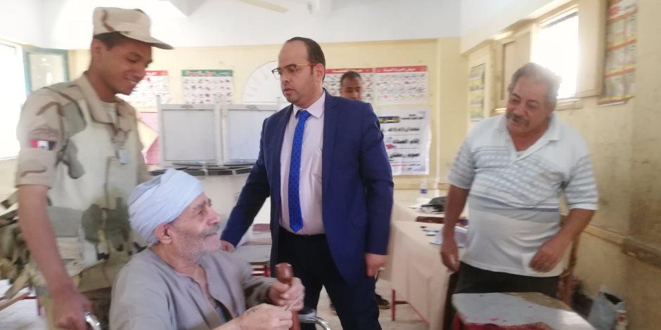قاضٍ يخرج من اللجنة لمساعدة قعيد.. والناخب: مصر بخير (صور)