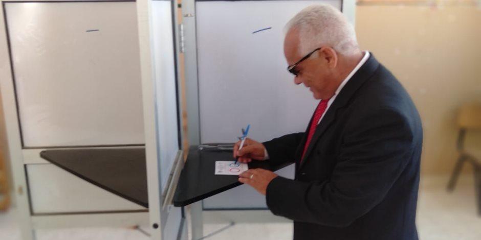 نائب رئيس مدينة بئر العبد بسيناء يدلي بصوته على الدستور (صور )