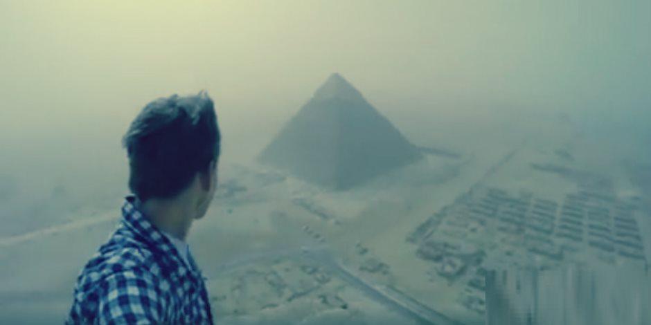 قصة شاب تسلق الهرم وقذف الزائرين بالحجارة.. ماذا قالت «الآثار» عن الواقعة الغريبة؟
