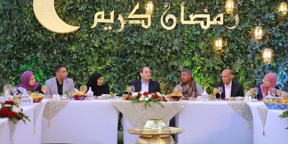 الرئيس السيسي يستضيف مواطنين على مائدة إفطاره في مقر إقامته (فيديو)