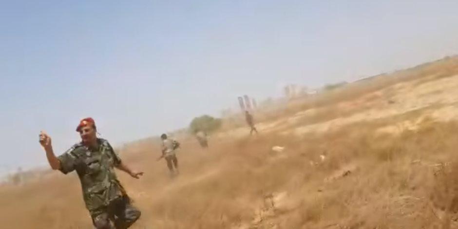 اللقطات الأولى للحظة استهداف مشيعي جنازة لواء سابق بالجيش الليبي (فيديو)