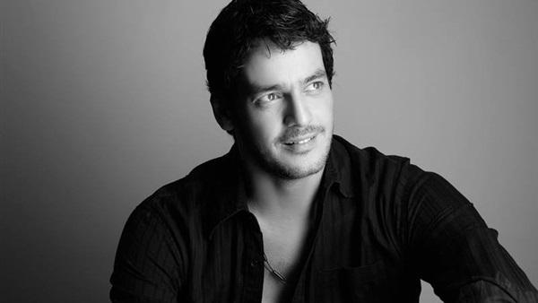 خالد أبو النجا يروج لمسرحية «سكة سفر»