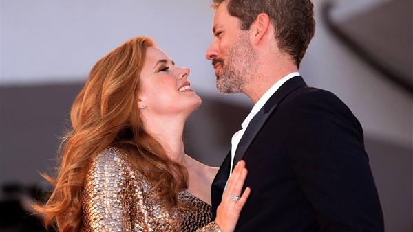 بالصور.. «ايمى ادامز» تخطف الانظار بقبلة زوجها بمهرجان «فينيسيا»