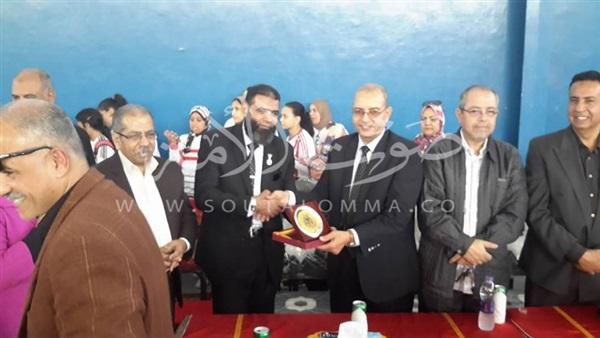 «باهي» يكرم الفائزين في كرة القدم النسائية بمدارس بورسعيد (صور)
