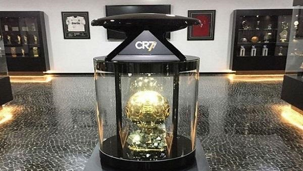 رونالدو يضع «الكرة الذهبية» في متحفه الخاص
