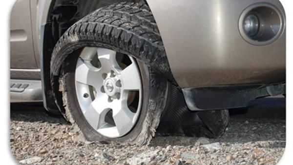 5 طرق يجب اتباعها عند انفجار إطار السيارة