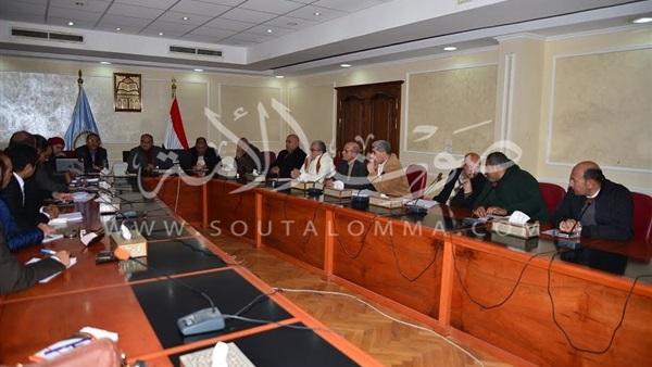 محافظ مطروح يبحث مع وفد بوفد جامعة المنصورة حل مشكلة مياه الصرف «بعلوش»