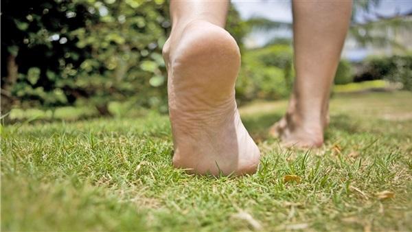 تعرف على فوائد المشي حافي القدمين