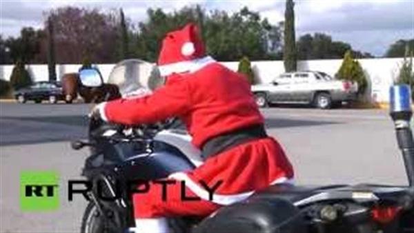 بالفيديو..الشرطة المكسيكية ترتدي زي بابا نويل احتفالا بالكريسماس
