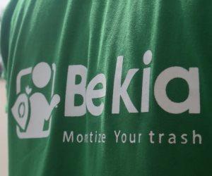 """""""بيكيا"""" بالإفرنجي.. """"حوش الزبالة وخد كيس سكر"""" (فيديو)"""