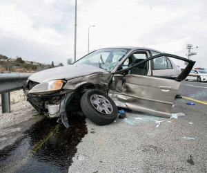 سيارة معلقة أعلى الطريق الدائري نتيجة لاصطدامها بالحاجز الخرساني