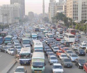كثافات مرورية بسبب تعطل سيارة في طريق الأوتوستراد