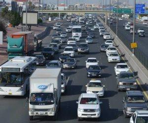 زحام مرورى بسبب كسر ماسورة مياه بطريق السويس الصحراوى اتجاه القاهرة
