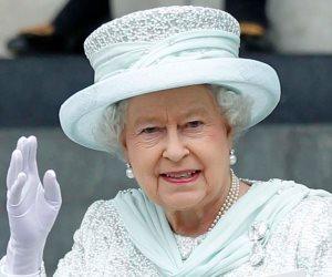 """لا تحاول لمس الملكة أو الوقوف دون انحناء.. تعرف على """"إتيكيت"""" العائلة البريطانية"""