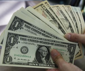 الدولار يقترب من أقل سعر فى أسبوعين مع انحسار مخاوف الحرب التجارية